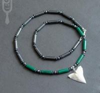 Ожерелье-амулет с бусинами магнетита, малахита и зубом Бычьей акулы