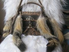 Стильные сумки из кожи в сочетании с мехом - хвостами
